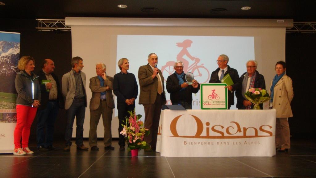 remise du trophée et du panonceau à Mr Yves GENEVOIS président de Oisans Tourisme et Mr Christian PICHOUD président de la communauté de communes de l' Oisans