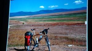 paysage des steppes de Sibérie, et l'infatigable randonneuse de Jean Pierre Chalons