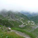 les lacets du St Gotthard émergent de la brume