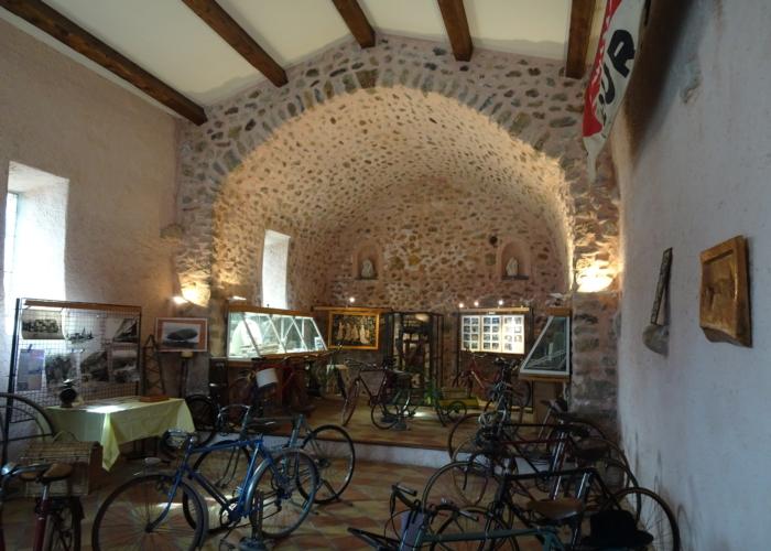 14 la chapelle d'Upaix transformée pour 1 jour en musée du vélo