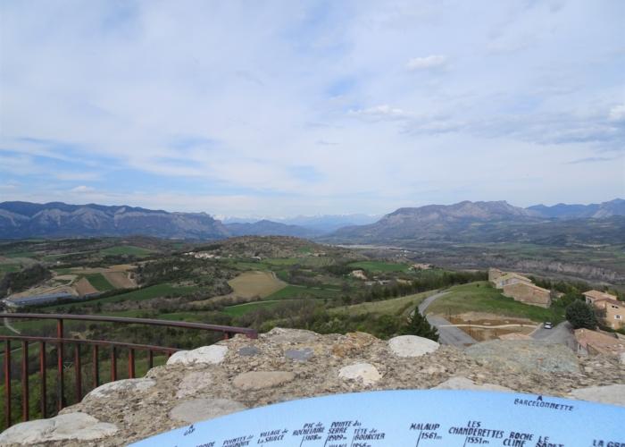 16 table d'orientation d'Upaix au fond les montagnes du Gapençais et des Ecrins