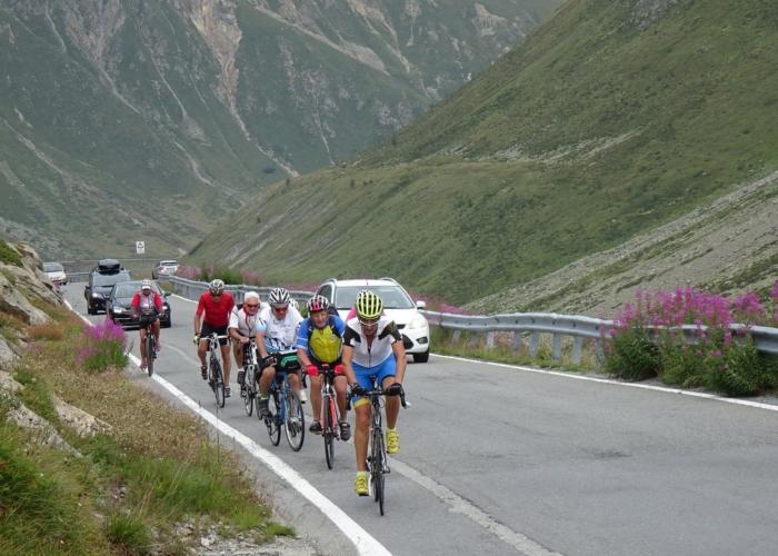 concours de grimaces face au vent dans le passo Forcola de Livigno