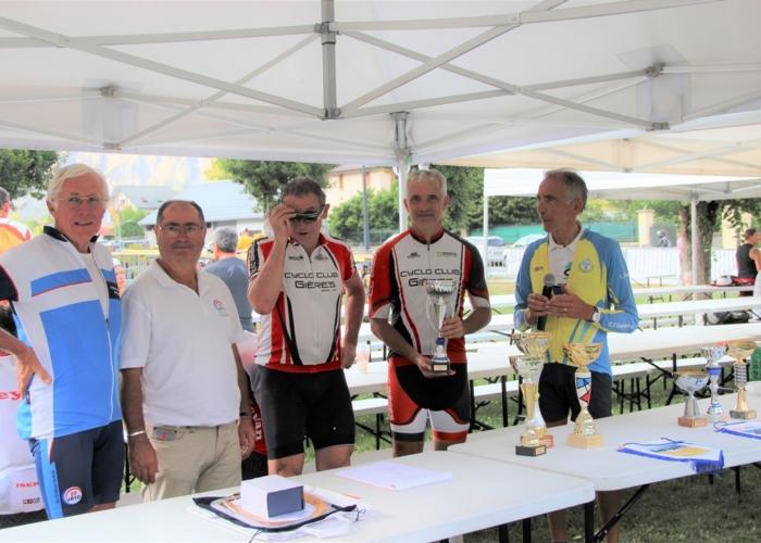 le club de Gières ( dept 38) reçoit la coupe du club le plus nombreux en Isère
