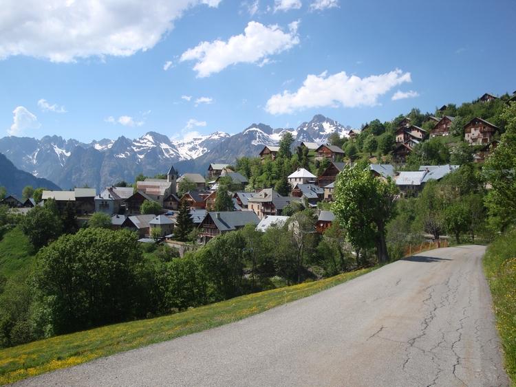Villard Reculas, village nid d'aigle niché dans la verdure, mais relié à l'alpe d'Huez par une remontée mécanique