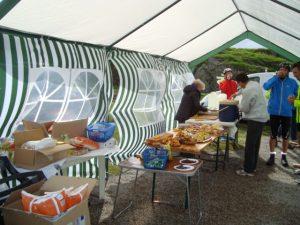 dès 8 h 30 au col de Sarenne, la tente est là, prête à vous accueillir